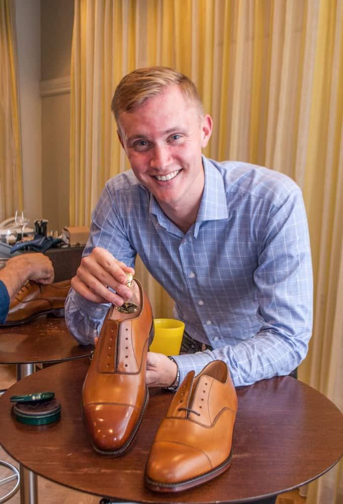 En mycket glad Anders med den färdiga skon och dess syster, där man tydligt kan se vad mycket det går att åstadkomma på 20 minuer.