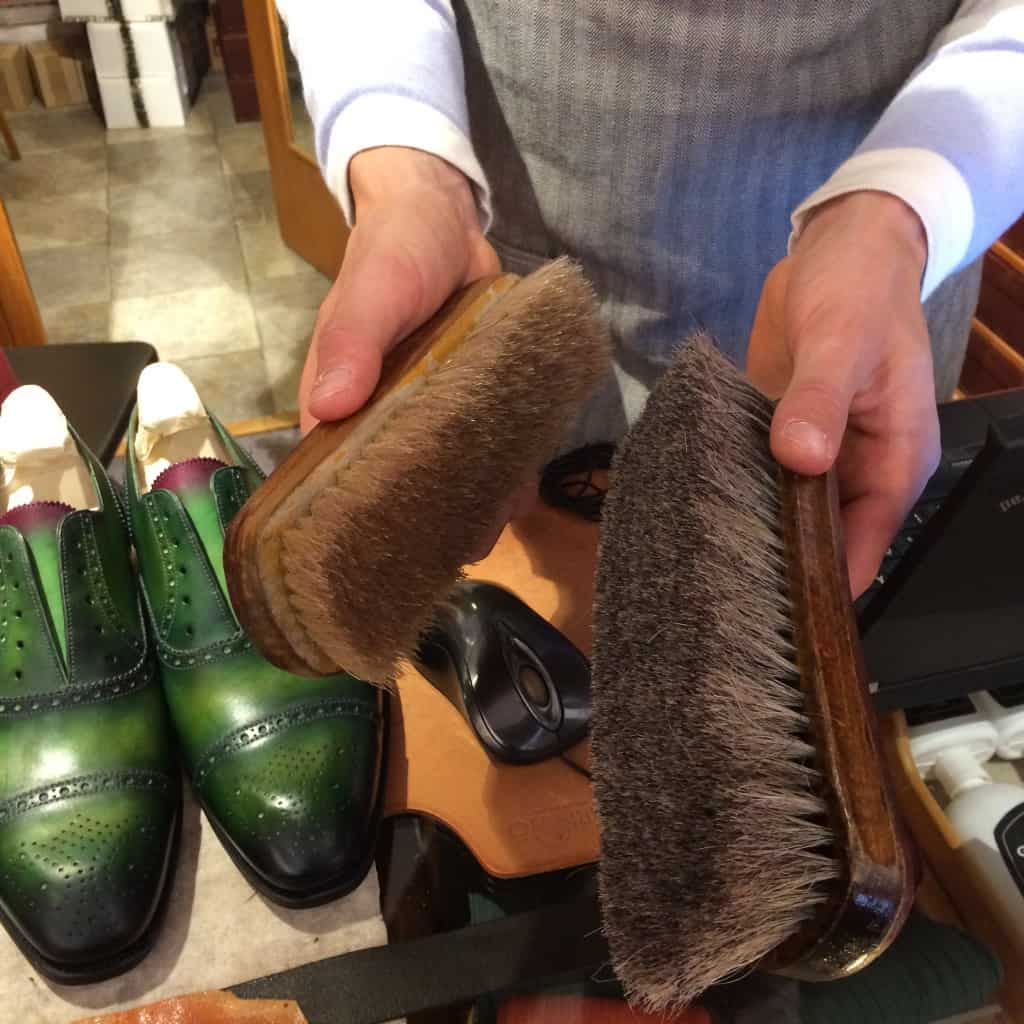 Borstar han använder, där den vänstra är stenhård, nästan som en rotborste, som Alexander har till rengöring av skorna.