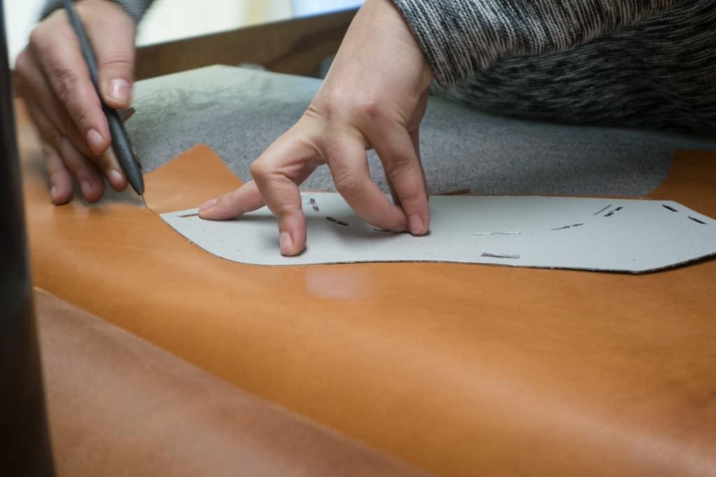 Klickning av delarna till ovanlädret. Till skorna som sedan produceras för försäljning görs detta med stansjärn, men nu ville man visa hur detta går till.