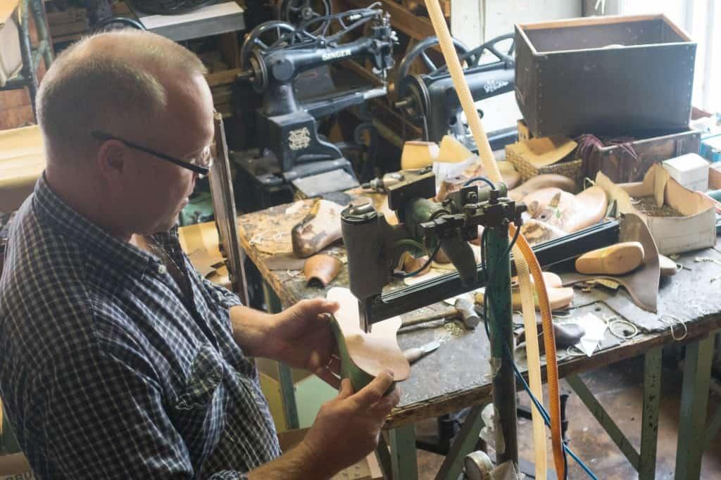 Läderbindsula fästs i lästen, av Kavats Anders Folkö.