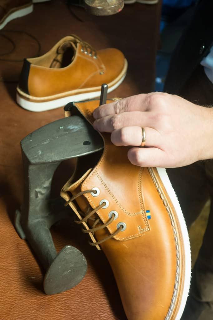 Efter att sulkanten rengjorts och fått på sig lite finish, och ovanlädret smorts in med ett neutralt. fett vax. så är det dags för spiken över i:et, att slå in sina initialer i skorna. De som sedan säljs kommer vara numrerade från 1 till 1945.