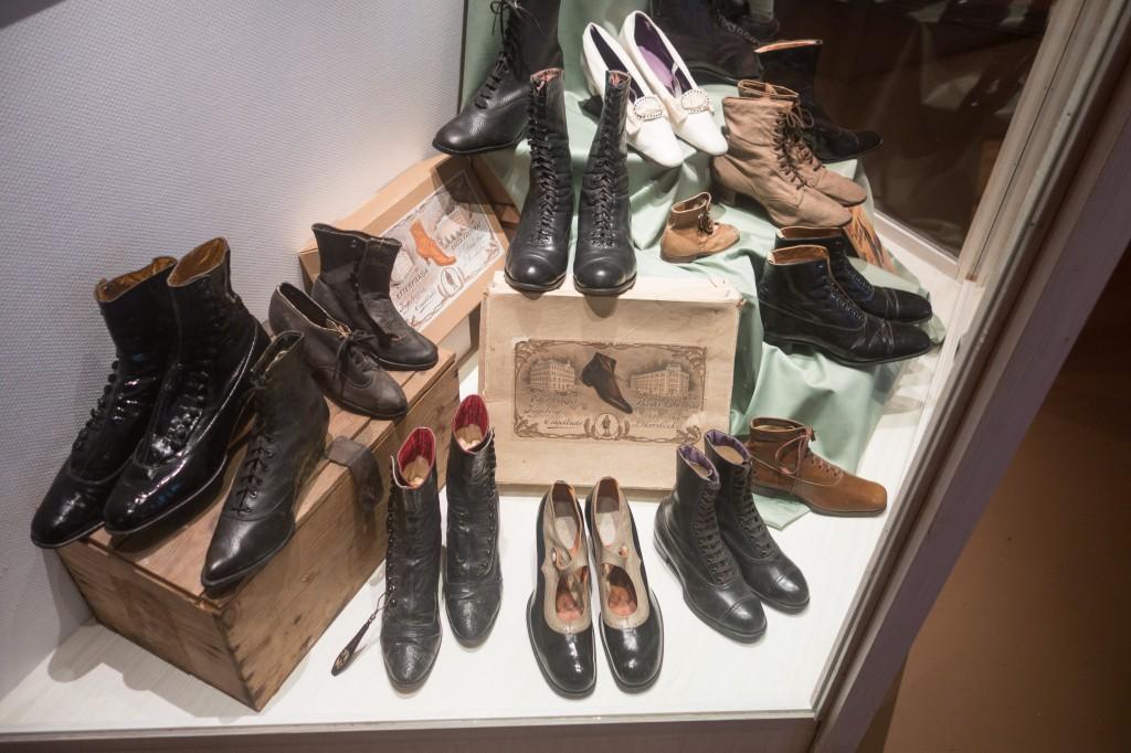 Museet har också en stor samling skor från olika årtionden, varav ett urval finns på display. Här från 10-talet...