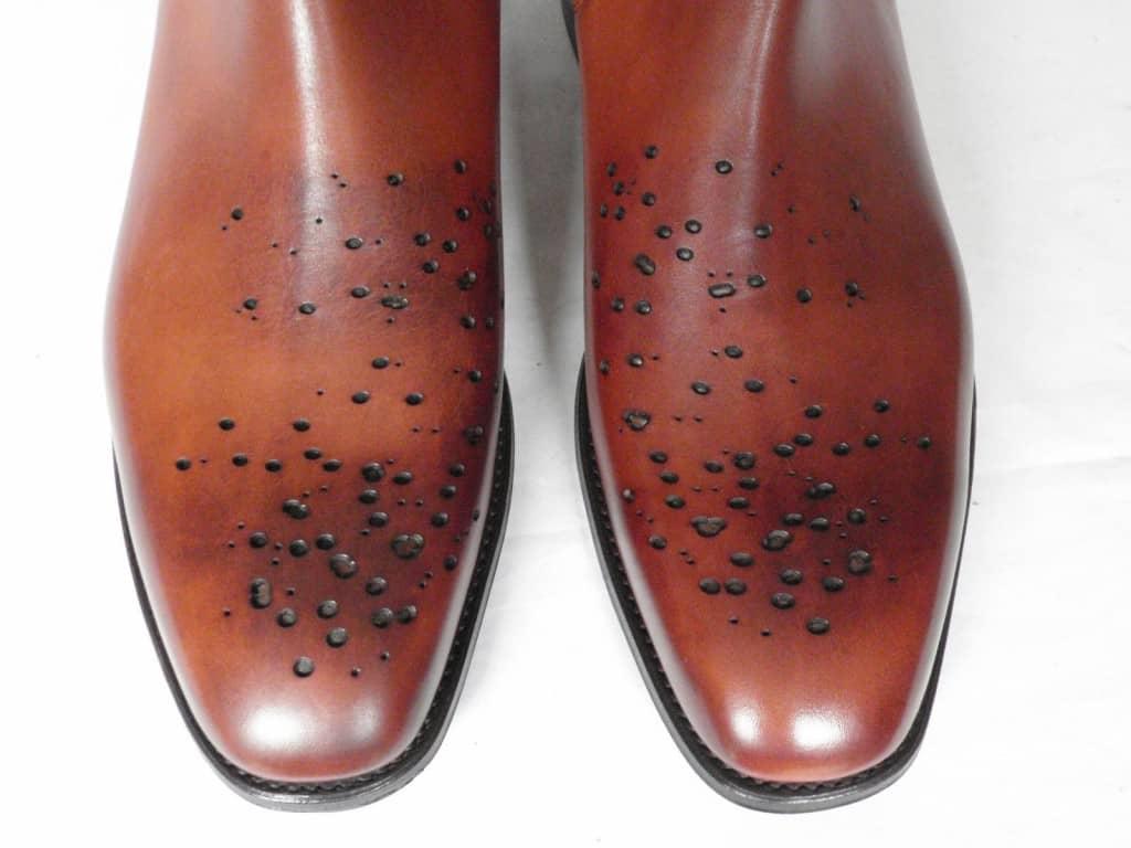 Buckshot brogue är en förvånansvärt väletablerad term, och som synes handlar det om att man simulerar att skorna blivit utsatta för ett skott med hagelbössa. Bild: Butwbotnierce