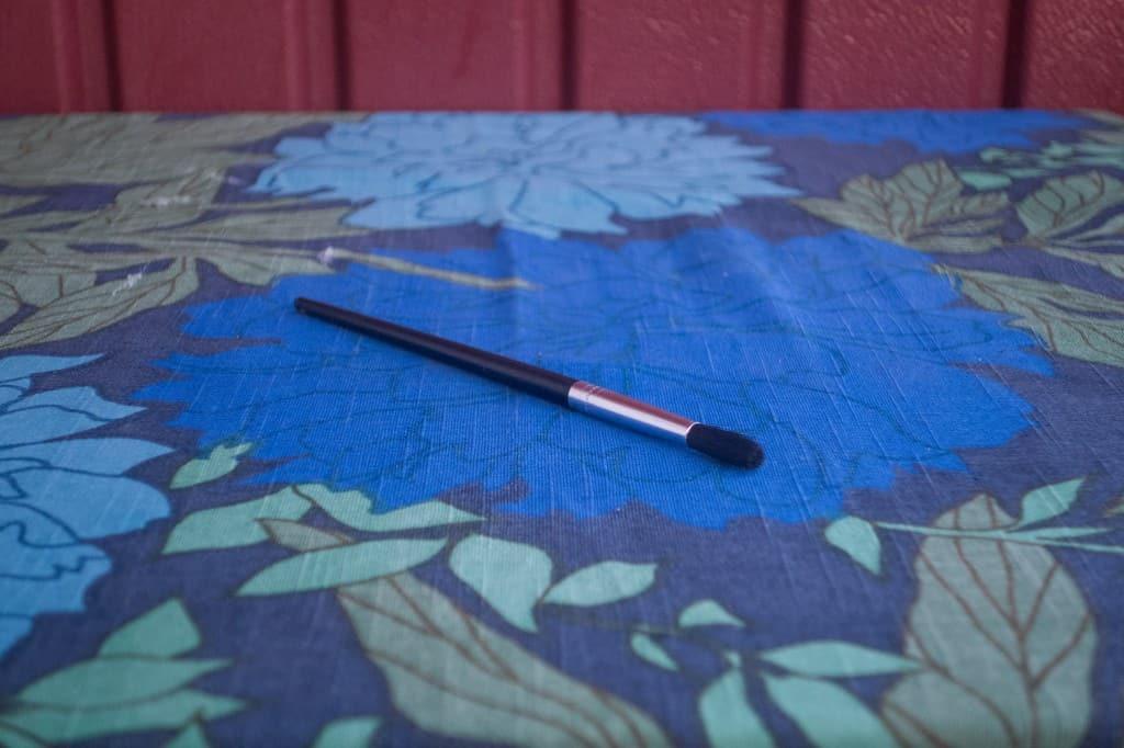 Jag tyckte det var lättare att stryka på färgen med en sådan här vanlig pensel, än med den medföljande appliceringssvampen, men det är nog en smaksak.