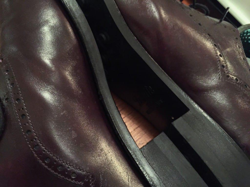 På de här skorna från Vass (även översta bilden) syns den här typen av fläckar tydligt, efter att jag inte dragit bort regndropparna på insidan av skorna och det sedan fått sugas upp av lädret. Just detta museum calf-läder från italienska garveriet Bonaudo är också ett läder som visat sig vara rätt känsligt för den här typen av fläckar. Det är riktigt fint och smidigt i övrigt, men har den här nackdelen.