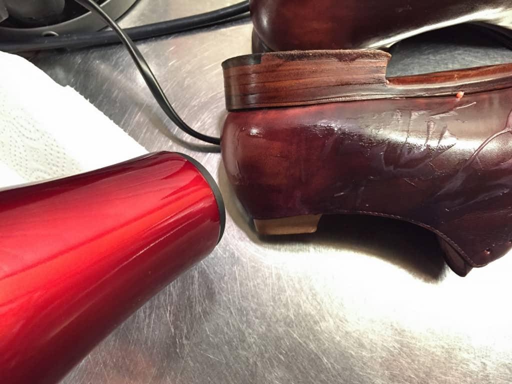 Här har jag värmt en yta på skorna, och på bilden kan man nästan se hur stearinet mjuknat.