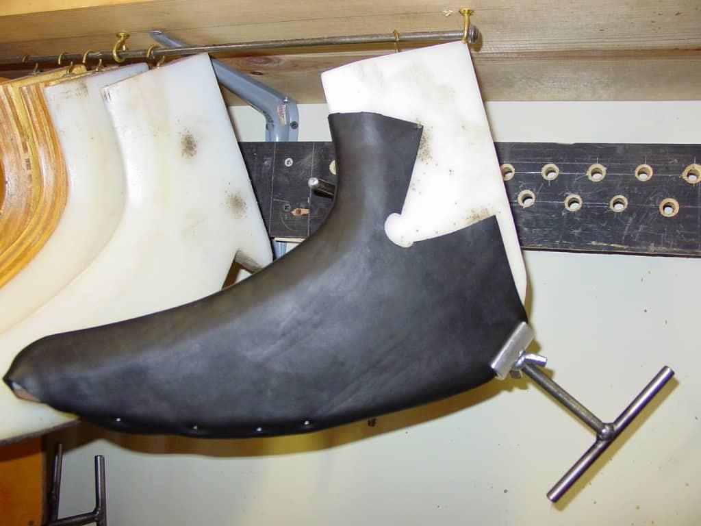 Här är vampen till en högre känga blockad på en särskild blockningsform, just för detta ändamål. Blockning kan göras både på sådana eller på lästen som sedan ska användas.