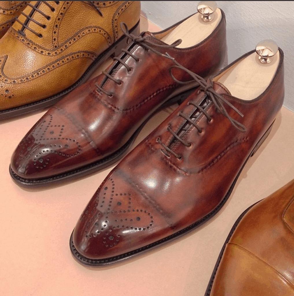 Den här typen av dold söm, där man syr en typ av dekorationssöm på köttsidan av lädret som ser väldigt speciell ut på ovansidan sedan, görs framför allt i Italien. De här skorna är från Bontoni, och säljs hos Gabucci i Stockholm.
