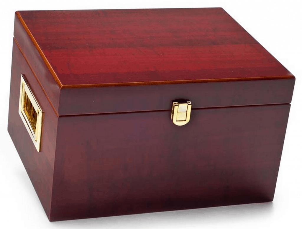 Vacker, ren låda i körsbärsträ som säljs hos Quality-Shop för ca 630 SEK (€68,50). Mässingsfärgade handtag och spänne. Nackdelen med en sådan här typ av låda är att de måste bäras med två händer, för att inte grejerna ska rasa runt i den.