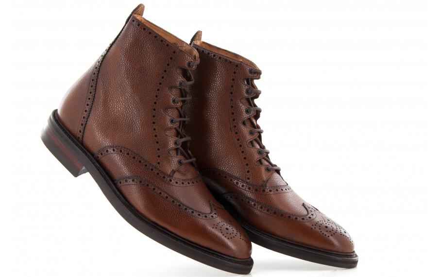 Spanska Cordwainer gör skor åt många andra märken, exempelvis Shoepassion, men har också ett stort utbud under eget namn i flera olika prisklasser. De här wingtip-kängorna är rejäla i grainläder och stormrand, men samtidigt på en läst som inte gör de alltför klumpiga. Kostar 3100 SEK (€335).