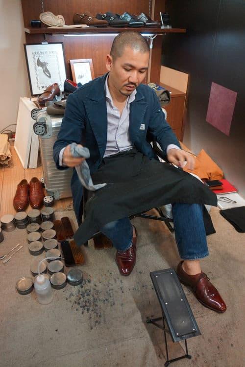 Självklart huserar solens rike också professionella skoputsare. En av de mest välkända är Matsumoro, som skapar otrolig glans över hela skorna med enbart kräm. Glansen behålls därför rätt väl även där de veckas, vilket man kan se på hans egna skor här på bilden.