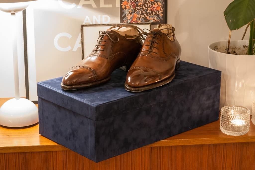 Riccardo Bestetti har alldeles nyligen börjar leverera skor från semi bespoke-linjen Novecento och full bespoke-skorna i stora lådor klädda i blå sammet.