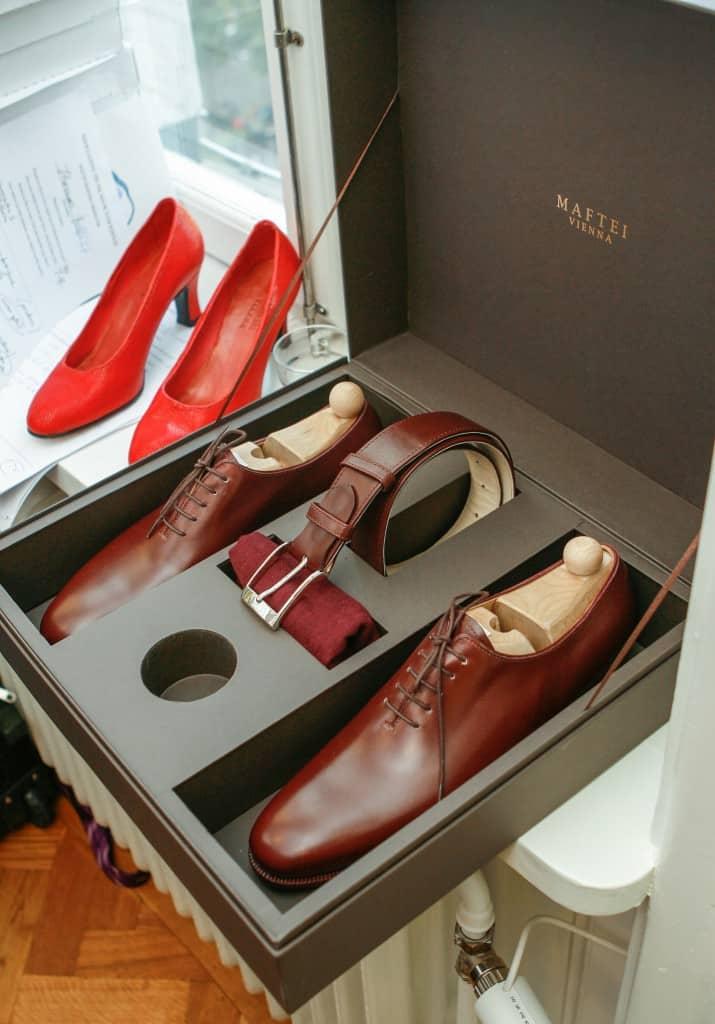 Österrikiska bespokeskomakarna Maftei levererade alla skor som beställdes under Shoegazing Super Trunk Show i deras helt handgjorda, gigantiska skolådor. De har separata fack för varje sko och också plats för bälte och putstrasa.