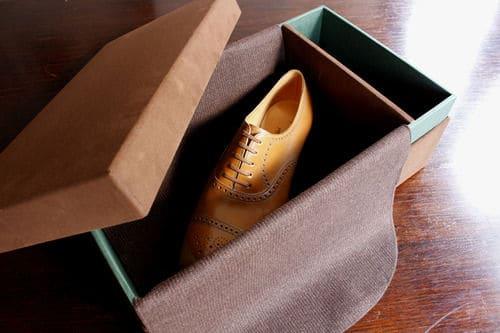 Japanska Yohei Fukuda har fina tygklädda lådor med inbyggd tygvaddering som skyddar skorna. Varje år byter han färg på både lådor och interiör. Bild: StyleForum