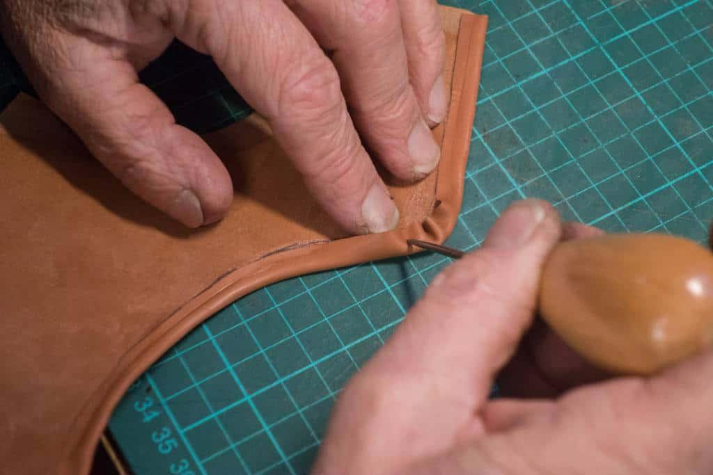 Här viks kanten vid det som kommer bli öppningen av skon dubbelt för att ge förstärkning.