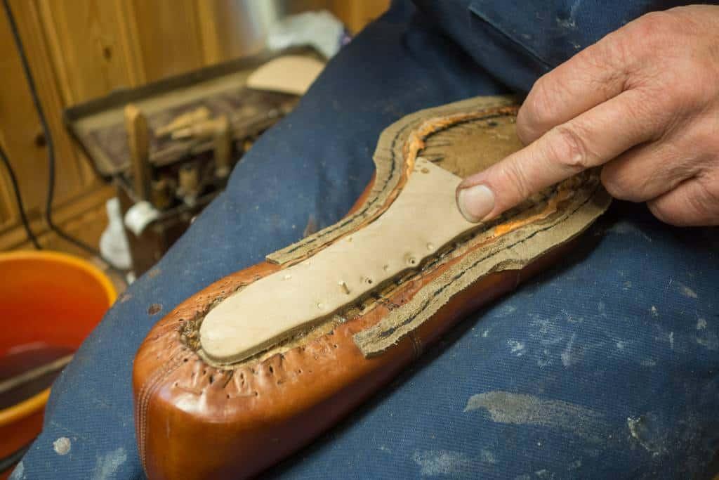 Sedan en större läder bit som pliggar fast alltihop förutom limmet.