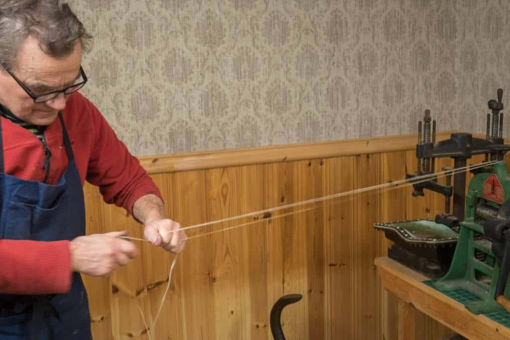 Janne beckar lintråd.
