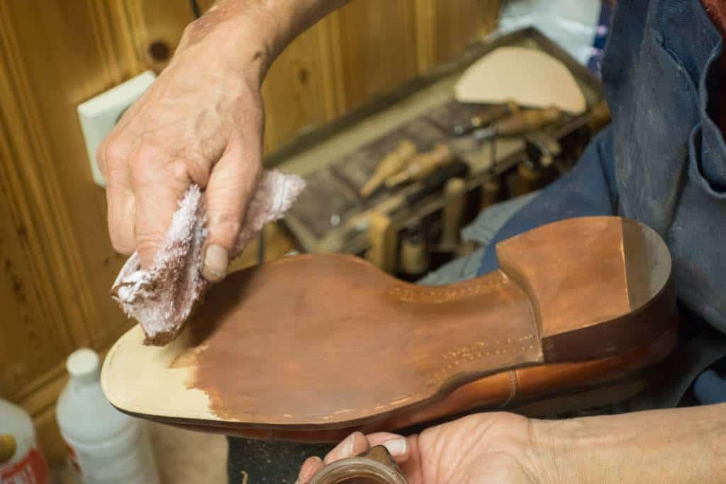Sulorna målas med vanlig skokräm.