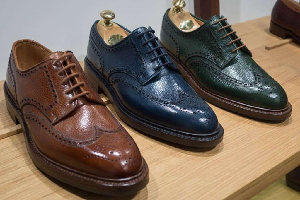 Mer färg, klassiska varianten av Pembroke längst till vänster, flankerad av två nymodigheter i blått och grönt. Här kombineras två av de tydligaste trenderna på mässan, färgglatt och grainläder.