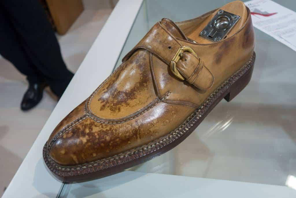 En sko som legat fyra år under jorden för att få patinan den har här.