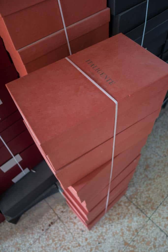 Skokartonger som ska fyllas med skor.