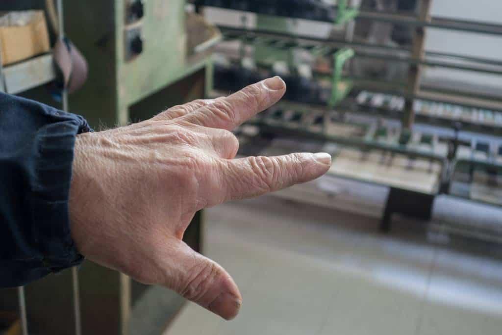En miss i koncentrationen vid en av slipmaskinerna kostade ett finger.