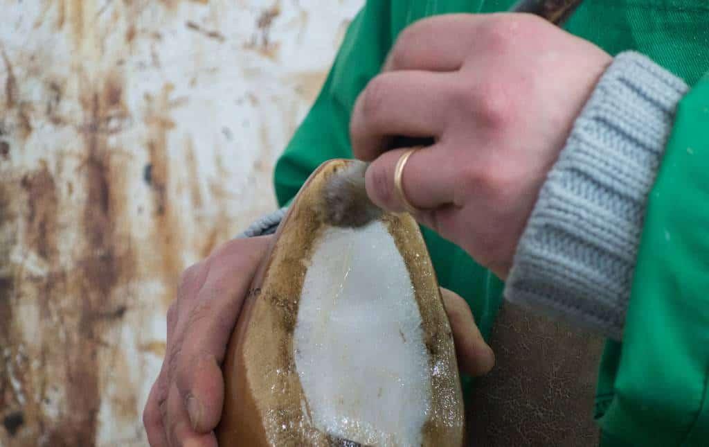 Latexbiten sätts dit och man lägger sedan på lim på hela undersidan av skon.
