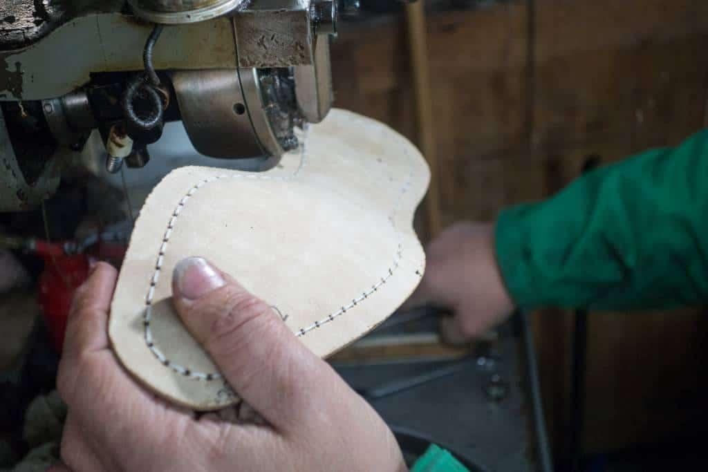 Så sys durksömmen, som alltså går runt hela skon, även i häldelen.