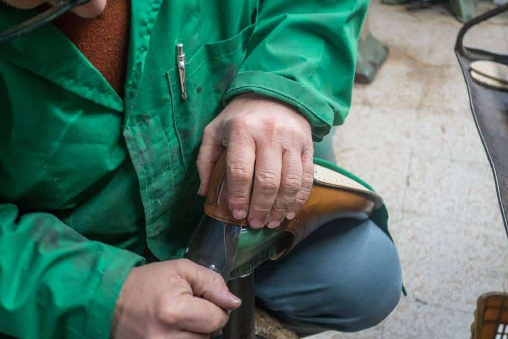 Med hjälp av en lite proffsigare variant av ett skohorn sätter man sedan i lästen i skon igen.