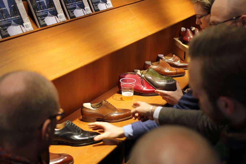 Sträcker de sig efter skorna, eller ölen? Senaste bilderna: Skoaktiebolaget