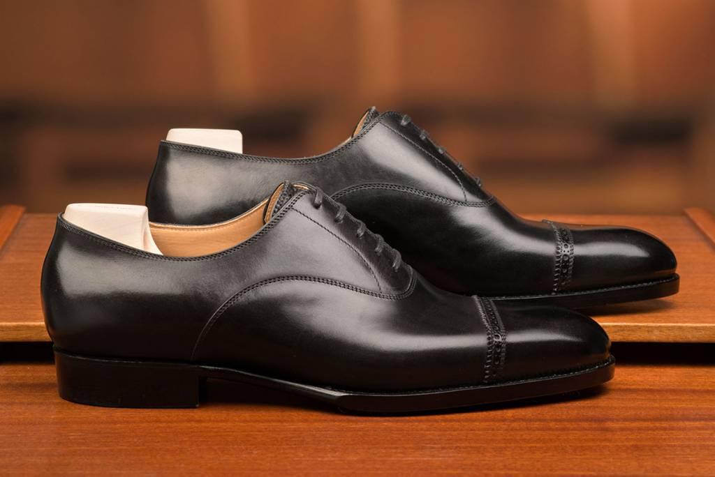 En svart punched cap toe som de har som lagermodell, med samtliga storlekar inne.