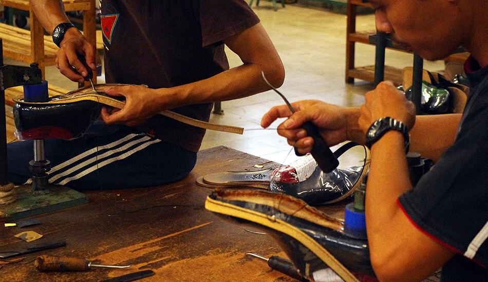 Handrandsömnad i fabriken i Indonesien.
