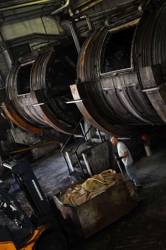 Trummor hos Volpi för långsam vegetabilisk garvning där kastanjebark är viktigaste garvningsämnet. Bild: Volpi