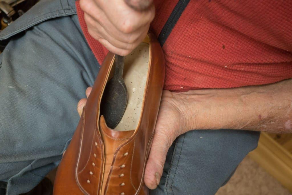 Samma sorts rasp och filar som används för att jämna till insidan av skon från träpligg med mera kan också användas för att slipa ned bindsulan.