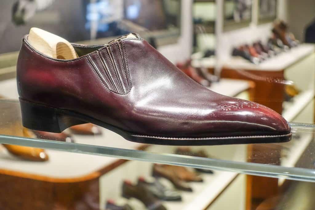 Flott lazy man, gjord av Shoji Kawaguchi som driver Marquess, som tidigare jobbade för G&G. Man ser att det är hans sko på den extremt tajta sulkanten vid tån och där randsömmen är sydd långt ut mot lästens feather edge (nedre yttre kant).