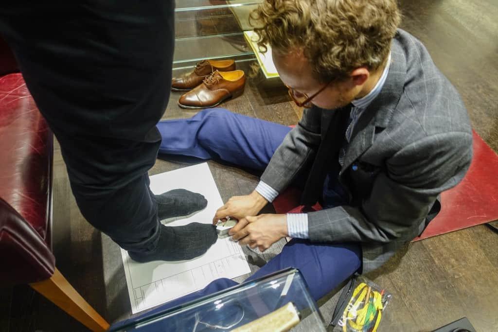 Med ett speciellt ritverktyg markeras fotens konturer på utsidorna.