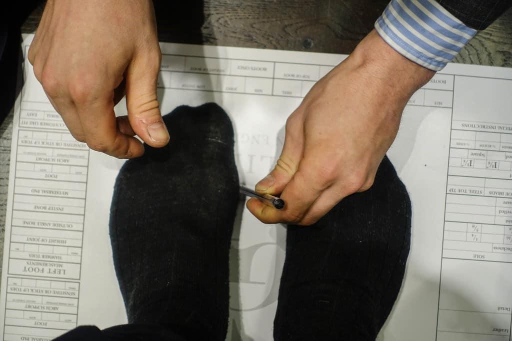 Sedan ritas insidorna med en vanlig penna, och även hålfoten markeras med pennan vinklad.
