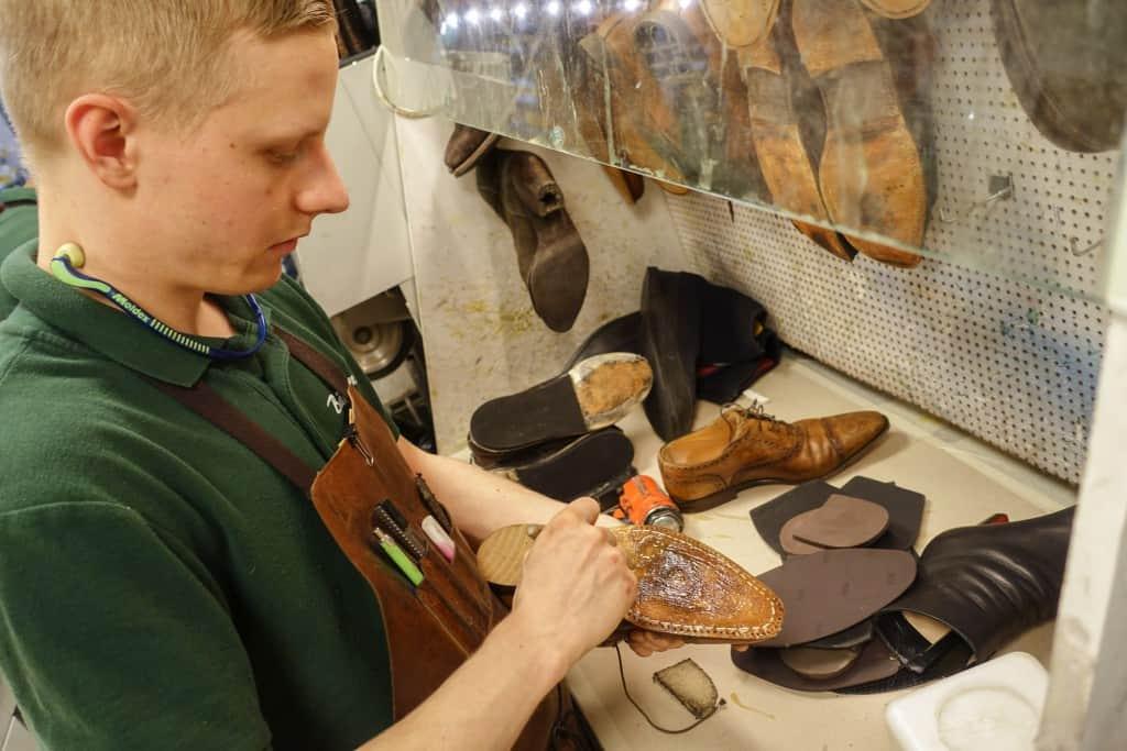 ...och skons mellansula. Jobbet görs av Emil Holmér, son till Peter.