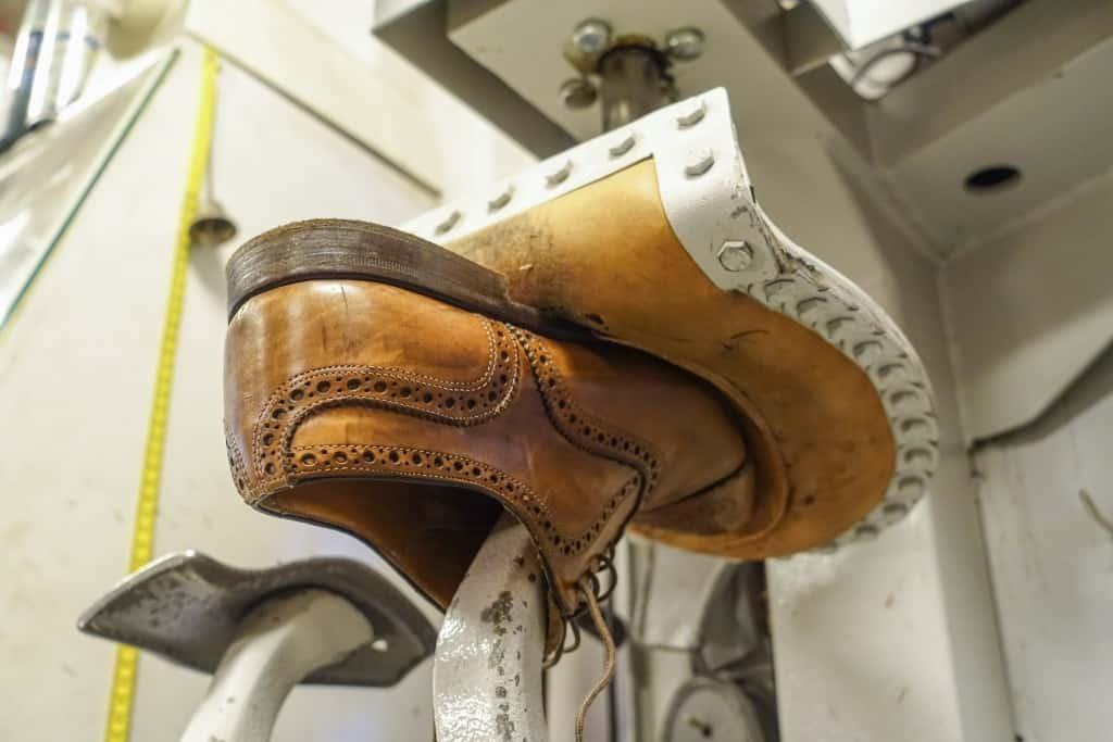 Sedan sätts skon i en press.