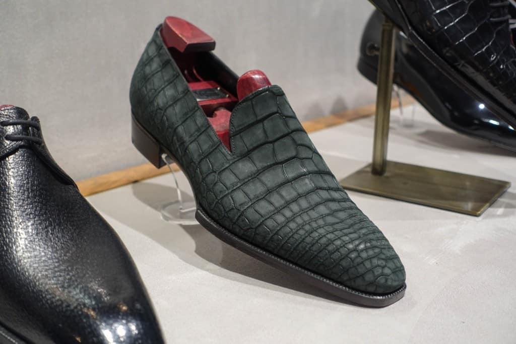 Läcker wholecut loafer i grön alligatormocka.