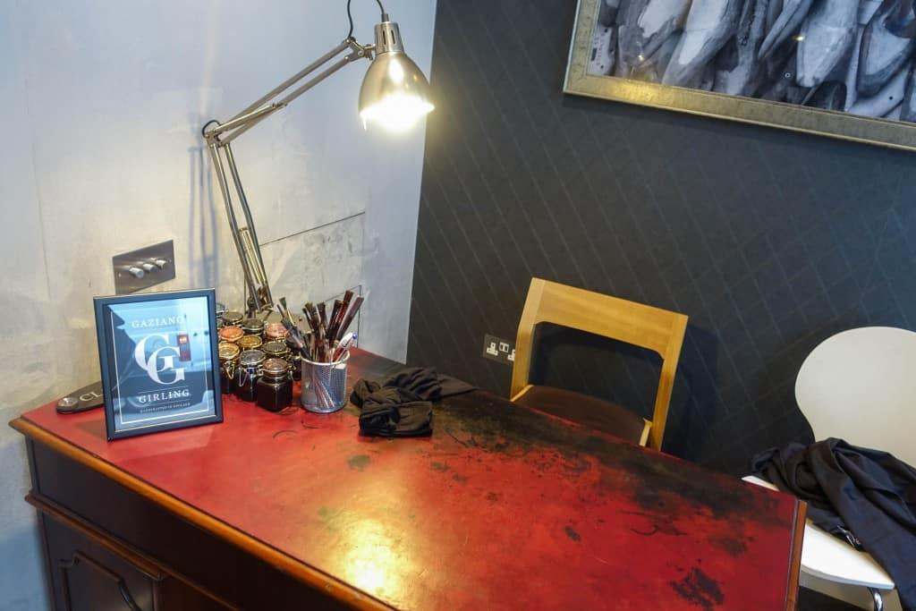 Skrivbordet där patineringsarbete genomförs.