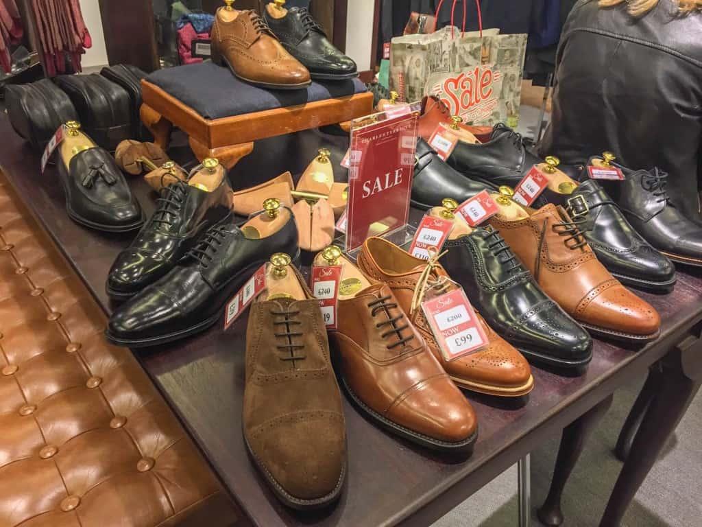 Bord med skor.