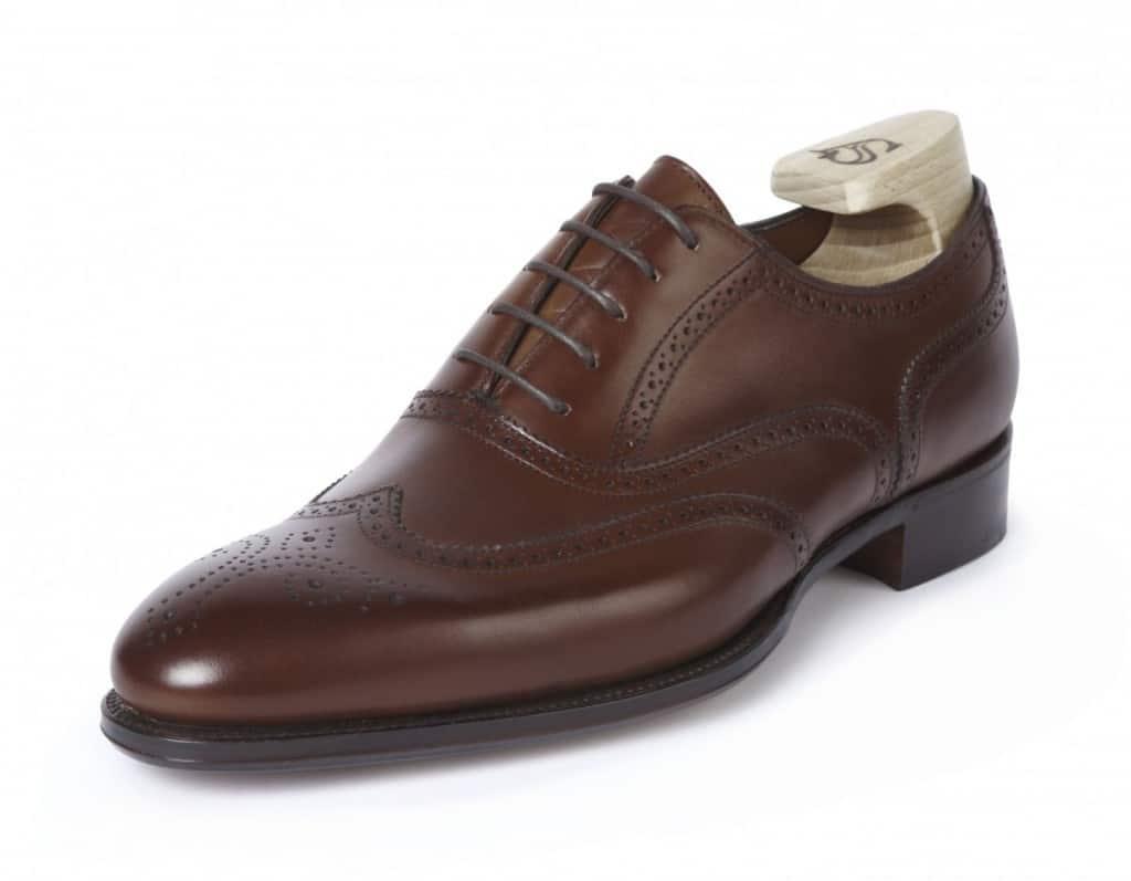 Alfred Sargents skor skickas gratis internationellt, dessutom ingår lästade skoblock i priset. Här full broguen Hunt i Mahogany, Bilder: Pediwear