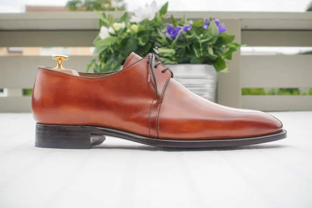 3-eyelet derbys ger en elegant linje över skon.