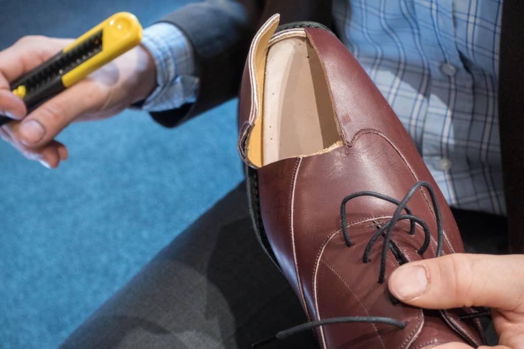 Voilà! Som synes är tåkappan i så kallad celastic, plastimpregnerad textil. Det används för tåkapporna hos i princip alla fabriker som gör RTW-skor. Det som varierar mellan olika pris- och kvalitetsnivåer är materialet i hälkapporna.
