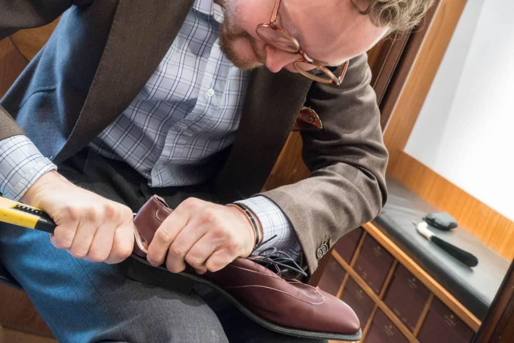 Och här använder G&G även för sin RTW riktiga läderkappor, som är ordentligt tjocka, och därför svåra skära igenom. Enda egentliga skillnaden mot bespoke är att kapporna inte går lika långt fram i hålfoten på RTW.