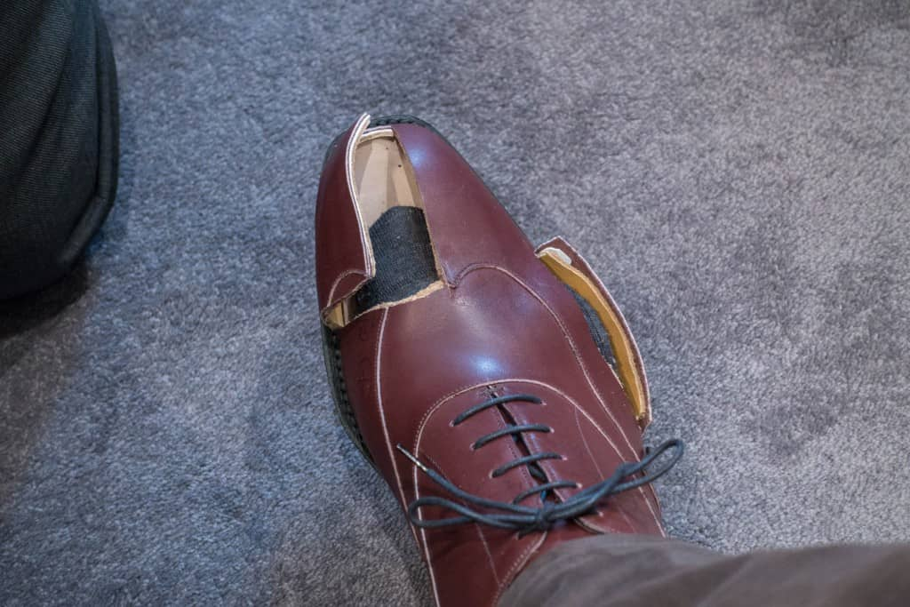 Som synes ska man ha rätt mycket luft framför tårna, ungefär 2,5-3 cm brukar man säga. Undantag är skor med väldigt rund tå där det kan vara kortare, och är de väldigt spetsiga behövs ännu mer utrymme.