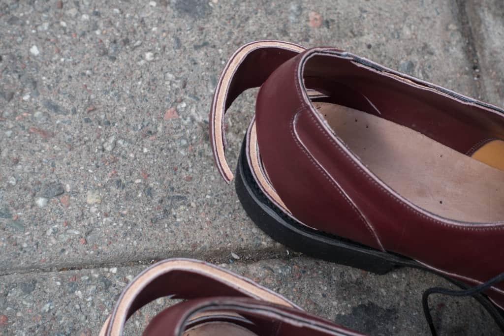 Här ser man hur tjocka hälkapporna i läder är.