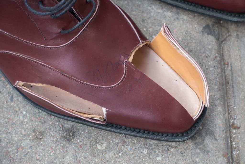 På de färdiga skorna sedan kommer Daniel ha förstärkningsbitar i läder som går hela vägen fram längs sidorna, åtminstone på insidan, där den kommer gå från häl- till tåkappa. Vid stortåknölen och min hallux valgus kommer han för tryckavlasta extra och få så fin lästform som möjligt skärfla ut och göra som ett hålrum precis här.
