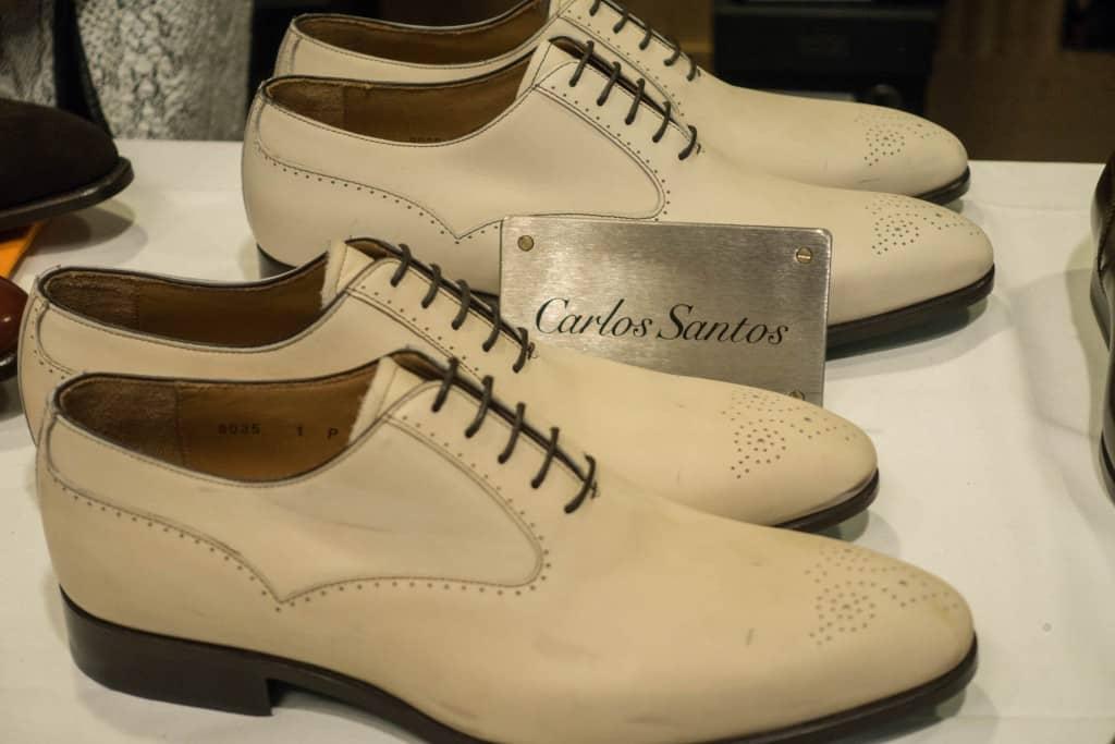 Skor i crustläder som sedan kommer målas i den nyans som kunden önskar, som är upplägget i Santos mini-MTO-variant.